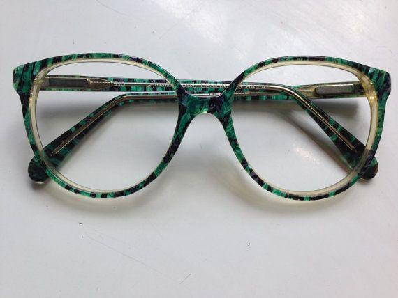 8fd4f50c79 Óculos de sol são acessórios indispensáveis em uma mala de quem vai para a  praia.