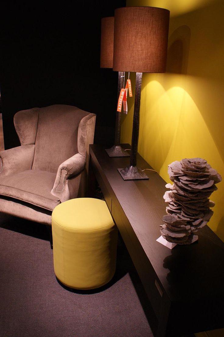 BAAN Showroom Waddinxveen I De Charis fauteuil is met zijn klassieke vorm een perfecte aanvulling op een strak dressoir met stoere verlichting. 2014