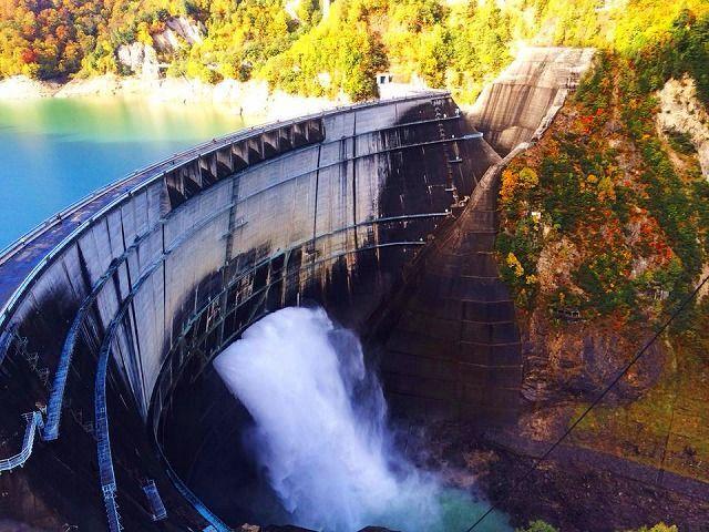 大放水×紅葉の最強コラボ!富山県「黒部ダム」の紅葉が絶景すぎる | RETRIP