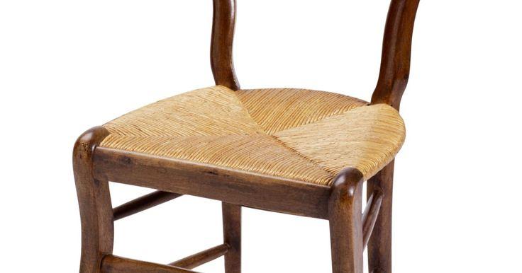 Capas de cadeira baratas e fáceis de fazer. Se você tem cadeiras de jantar ou de cozinha utilizáveis que estão um pouco sem graça ou está cansado de suas cadeiras, mas não têm dinheiro para substituí-las, considere a possibilidade de fazer algumas capas de cadeira gastando pouco.