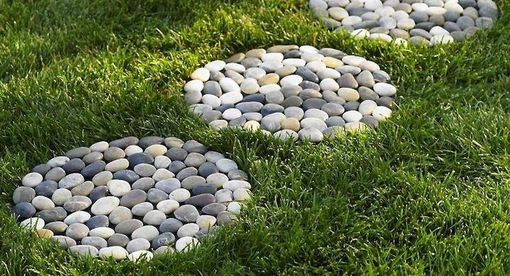 Decorar el jardín con piedras de río