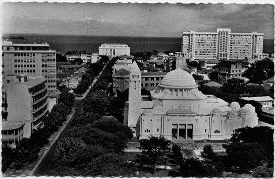 Dakar, l'avenue de la République - au premier plan la cathédrale et au fond le palais du gouverneur Monseigneur Lefevre au premier plan, Pierre Messmer au fond.