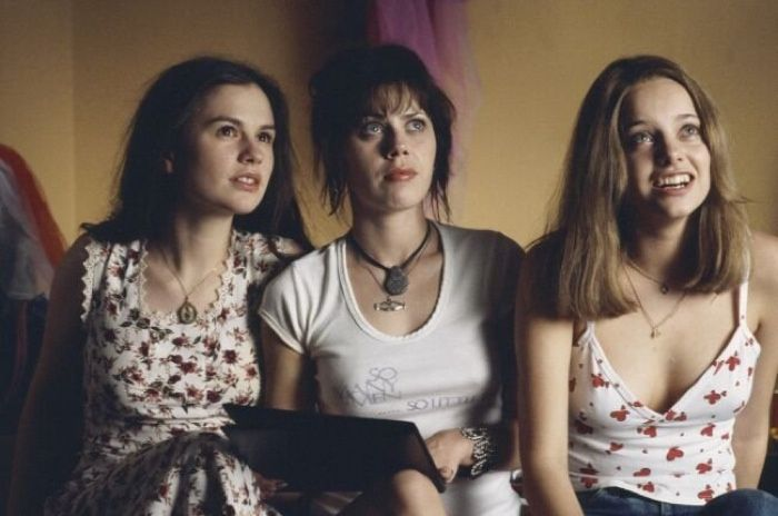 Anna Paquin, Fairuza Balk and Bijou Phillips keep it casual in 'Almost Famous'