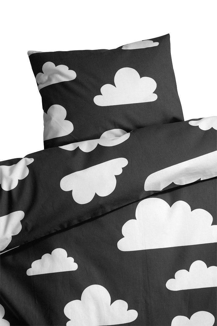 Vauvan pussilakanasetti, Vauvan lakanat, Färg & Form, Moln, Musta. Tilaa suloiset musta-valkoiset pilvilakanat helposti verkkokaupastamme www.vauvapesa.fi!