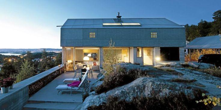 Utsiktsvilla: Villa Engan tegnet arkitekt Knut Hjeltnes svever ytterst på pynten. Den åpner seg mot sjøen og lukker seg mot veien.  Foto: Espen Grønli