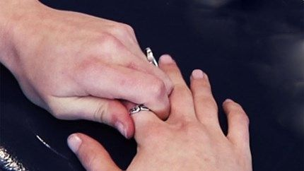 Zo krijg je een te kleine ring toch van je vinger
