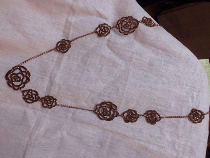 Collana realizzata con fiori di cotone marrone e catenella di rame