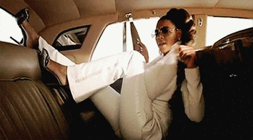 Wenn Du ins Auto einsteigst und Dein Lieblingslied im Radio läuft.   21 Kleinigkeiten, die Deinen Tag retten, wenn Du Mitte 20 bist