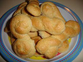 Υλικά 1,5 κιλό αλεύρι για όλες τις χρήσεις 5 αυγά 1 φλυτζάνι του καφέ λικέρ μαστίχας 3-4 μικρά κομματάκια μαστίχα τριμμένη 3 κουταλάκια του...