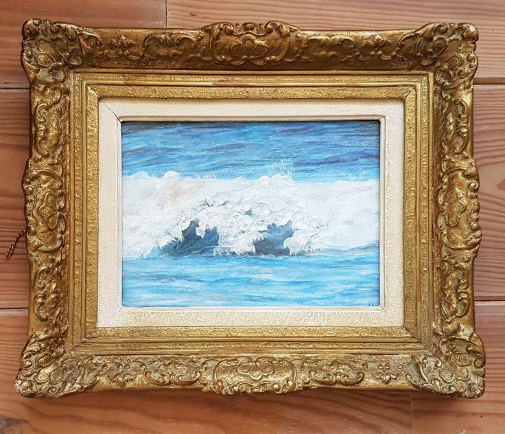 Zee met golven. De zee en de lucht zijn met aquarel kleurpotloden gemaakt, de golven met acryl verf. Het is ingelijst in een mooi bewerkt kader. Veertjes op kiezelstrand, geschilderd met acryl verf, ingelijst Natte voetjes, geschilderd met acrylverf, ingelijst in mooi oud kader.