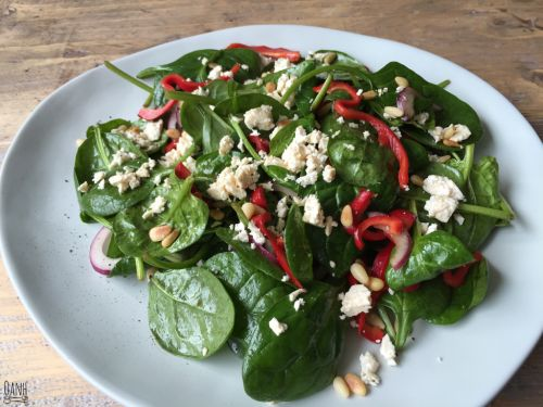 Vandaag lunch ik een heerlijke spinaziesalade! Lekker groen, makkelijk en fris  Ingrediënten: 2 handjes vol spinazie 6 feta blokjes 1/2 puntpaprika 1/4 rode ui 2 el balsamico azijn dressing 1 el pi…