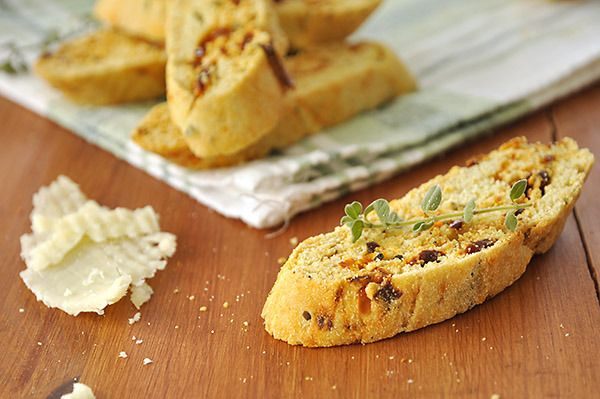 Who says biscotti have to be sweet? Try this savory version with sun-dried tomatoes, parmesan and fresh marjoram. (in Greek)