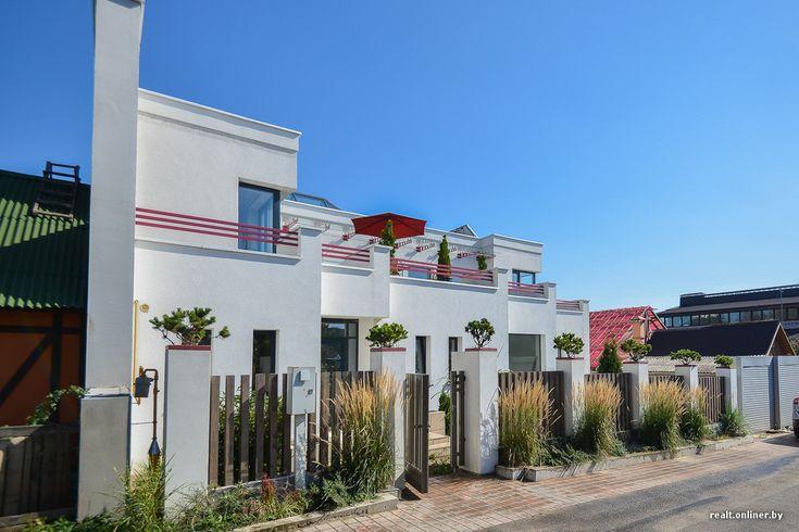 Белый фасад, панорамные окна, терраса с зонтиком на втором этаже — этот дом органично смотрелся бы где-нибудь в окрестностях Монако или Неаполя. Но по какому-то стечению обстоятельств образец современной средиземноморской архитектуры неожиданно появился в Минске, обосновавшись среди теплиц, сараев, ветхих деревянных хат и эклектичных коттеджей, построенных в девяностые. Архитектор нового дома провел для Onliner.by экскурсию. От обсуждения планировки и вида из окон наш разговор плавно…