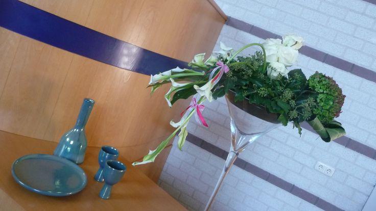 Bloemstuk voor in de kerk gemaakt. calla's, hortensia, rozen, klimop en vingerblad.