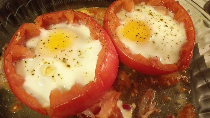 Oeuf cocotte dans une tomate :http://jefouinetufouines.fr/2015/10/23/recette-oeuf-cocotte-dans-une-tomate/