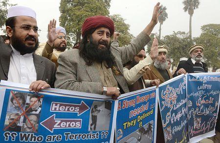 13日、パキスタン北西部ペシャワルで行われた仏週刊紙襲撃犯を称賛するデモ(AFP=時事) ▼14Jan2015時事通信|仏銃撃犯の兄弟称賛しデモ=パキスタン http://www.jiji.com/jc/zc?k=201501/2015011400026