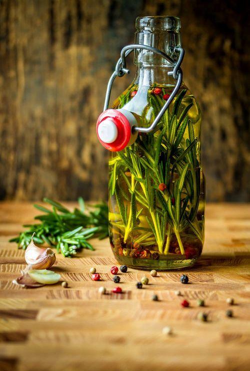 SLA Rozemarijn-knoflookolie - heerlijk om een keer in de zoveel tijd te maken om groenten en kip in de oven te garen - 500 ml biologische olijfolie, 500 ml biologische zonnebloemolie, 5 takjes rozemarijn, 5 teentjes knoflook - schenk de olies in een hoge kan op pot, pel blaadjes van de rozemarijn, spoel af en droog, plet de knoflook en snij in stukjes, rozemarijn en knoflook bij de olie, maal met de staafmixer in 30 sec helemaal fijn in de olie.