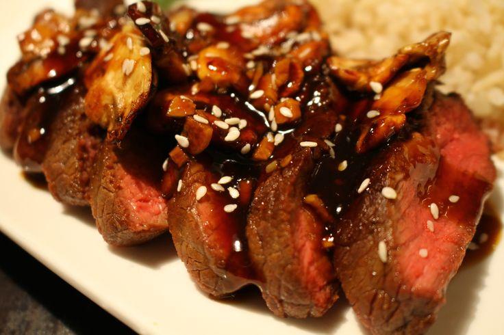 Recept voor beef Teriyaki zonder pakje of zakje. Ingrediënten: biefstuk, sojasaus, mirin teriyaki saus, knoflook, verse gember, honing, sesamzaadjes, groene asperges, champignons en rijst. Kijk voor de hoeveelheden en beschrijving op www.lifesabout.nl @gboekhouder