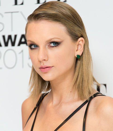 No importa que lleves rayas a un lado como Taylor Swift, el efecto wet se adapta a todos los peinados.