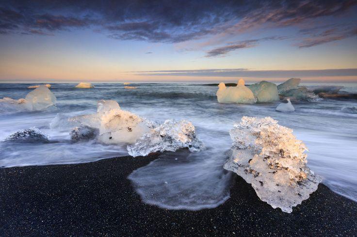 Jokulsarlon, Islândia A praia de águas glaciais está localizada no Parque Nacional de Vatnajokull. A costa está repleta de enormes pedaços de gelo repousando na areia preta vulcânica, o que lhe dá um visual único no mundo.