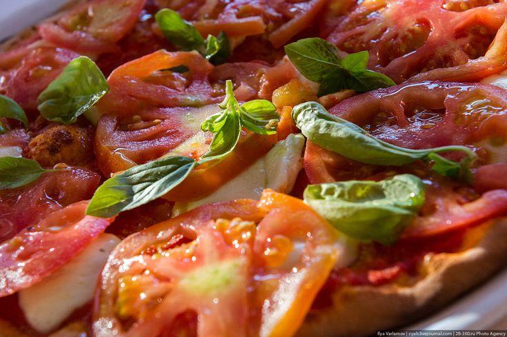 Пицца: 2 стакана муки,  10-15гр сухих дрожжей,  1 стакан теплой воды,  1\4 ч.л. соли,  2 стол. ложки растительного масла.  Вымешиваем, ставим минут на 30-40, еще раз перемешиваем. Нарезаем тесто, потом катаем из него шарики и убираем все это дело в холодильник на час.Теперь делаем томатную основу. Для этого в блендере измельчаем помидоры, немного солим. Все. Ничего кроме помидоров быть не должно. Потом по желанию можно добавить орегано или специй по вкусу.