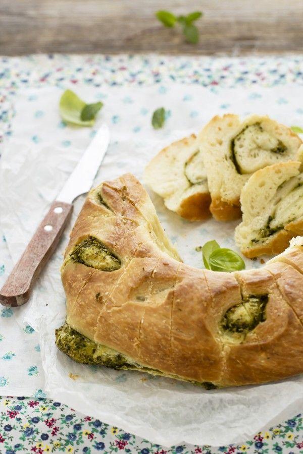 Pane alle erbe aromatiche, una ricetta da tenere a mente per un pranzo informale e per una gita all'aria aperta.