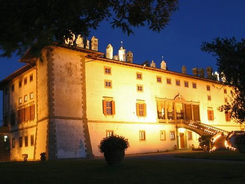 Villa Medicea La Ferdinanda by night The most beautiful villa for your wedding in Tuscany.
