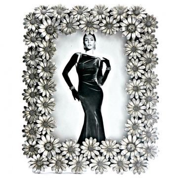 This metallic flower photo frame is so chic that it definitely needs to be placed in your house. What say?  #photo #frame #shop #deals #discount