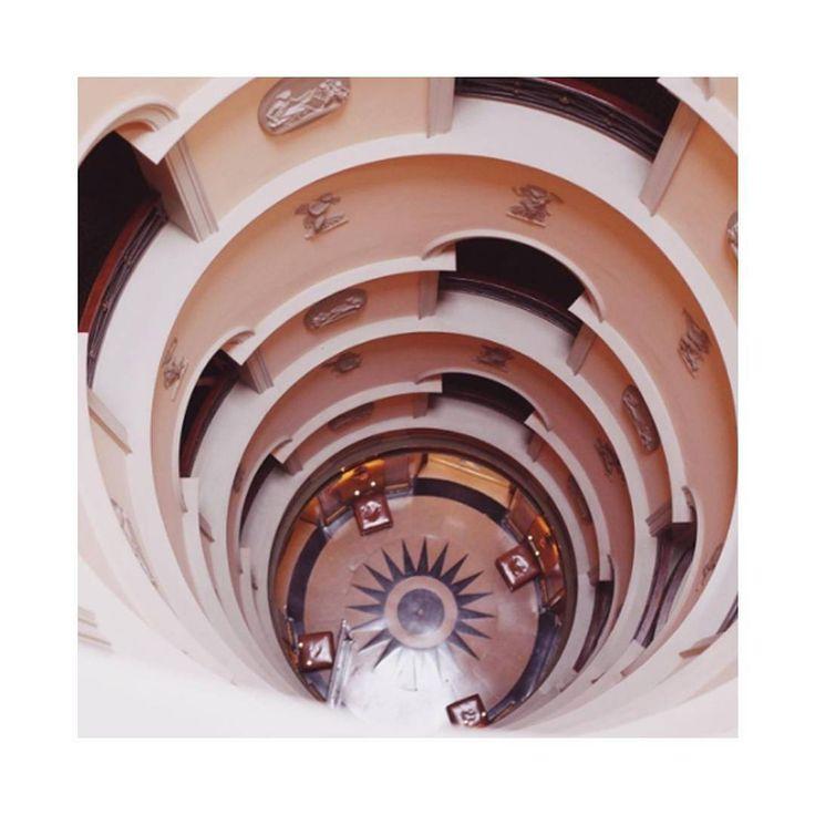 Les 25 meilleures id es de la cat gorie piscine souterraine sur pinterest p - Escalier en tourbillon ...