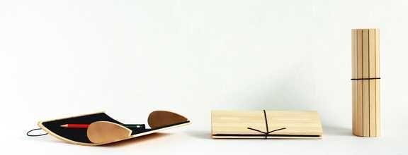 """""""penjamin""""  ist ein ungewöhnliches Stifteetui. Material: Ahorn, Eiche oder Räuchereiche, recycelter Nadelfilz, Gummischnur. Größe: 10 x 4,5 x 20 cm. Oberfläche: Geölt. Konstruktion: Holzleisten auf Filz geklebt, Verschluss mittels Gummischnur, für 10 - 12 Stifte"""