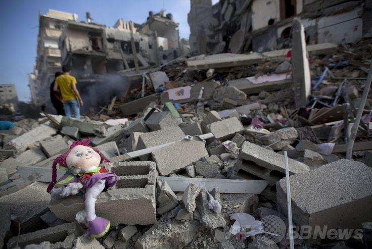 パレスチナ自治区ガザ地区(Gaza Strip)のガザ市(Gaza City)で、イスラエル軍の空爆で破壊された建物のがれき(2014年7月11日撮影)。(c)AFP/MOHAMMED ABED ▼11Jul2014AFP|イスラエル軍、ガザへの空爆を続行 死者100人に http://www.afpbb.com/articles/-/3020348