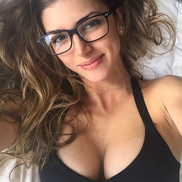 Anllela Sagra in reading glasses | find more at http://ift.tt/2A33qt6 sunglasses shades fashion streetstyle bloggers models topmodels gafas gafasdesol lunettesdesoleil occhialidasole