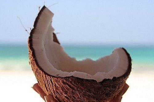 Kokosolie doet wonderen voor je huid en haar. Twee grote eetlepels tussen je handen warm wrijven en aanbrengen op droog haar.30 min laten inwerken en dan gewoon je haar wassen.Deze olie is ook goed voor de droge hoofdhuid, hij maakt je hoofdhuid gezond en roos-vrij. Kokosolie is ook goed voor je huid en heeft hetzelfde effect als minerale olie, dus het verlicht de symptomen van de droge of schilferige huid.