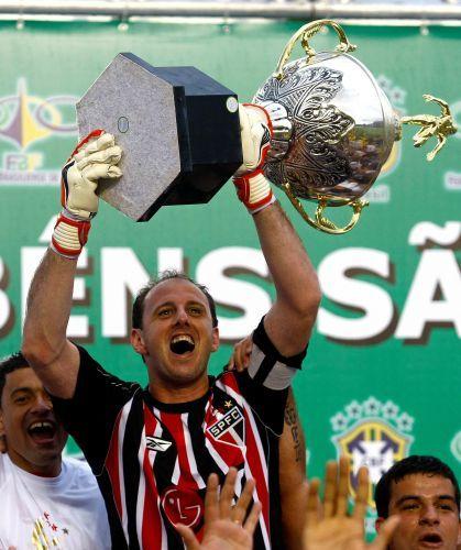 Campeonato Brasileiro, 2008 - Goiás 0 x 1 São Paulo: Rogério Ceni comemora com a taça a conquista do hexacampeonato, no estádio Bezerrão, em Gama (DF).