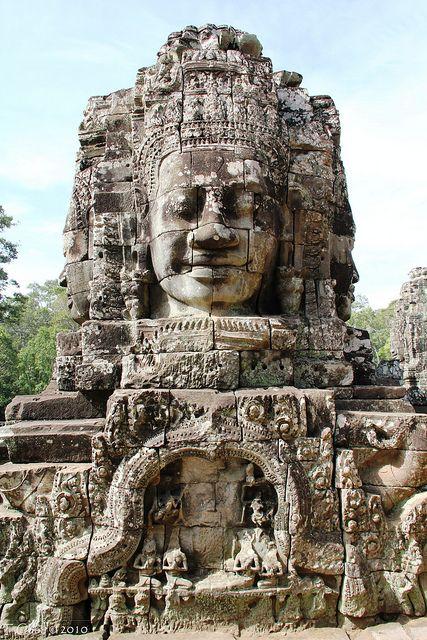 Une des tours à visage du temple bouddhique du Bayon, Angkor Thom (province du Siem Reap), fin du XIIe- début du XIIIe siècle.