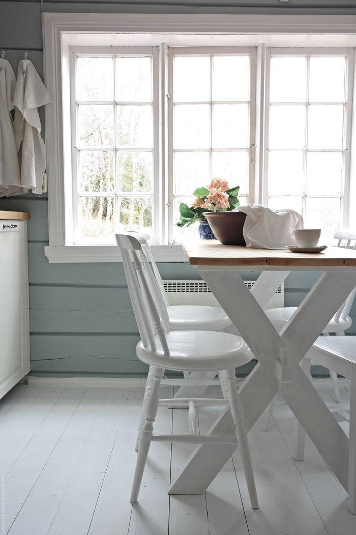 Sjarm alarm! Dette må være et av Norges koseligste kjøkken.. Se for deg at du sitter med frokosten her, mens det knitrer i vedovnen o...
