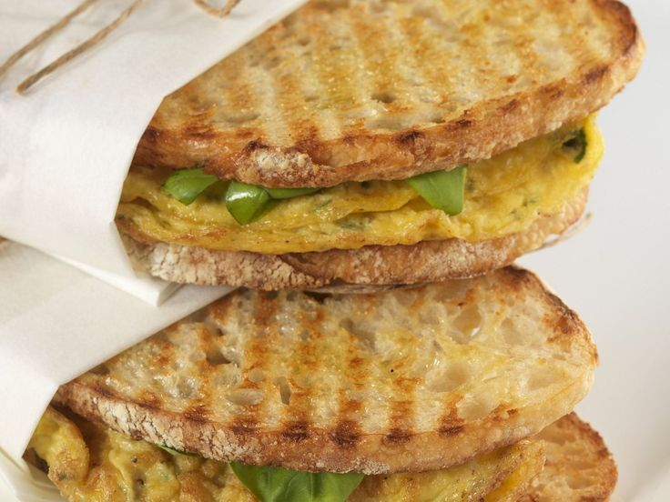 Röstbrot-Sandwiches mit Kräuter-Omelett | http://eatsmarter.de/rezepte/roestbrot-sandwiches-mit-kraeuter-omelett