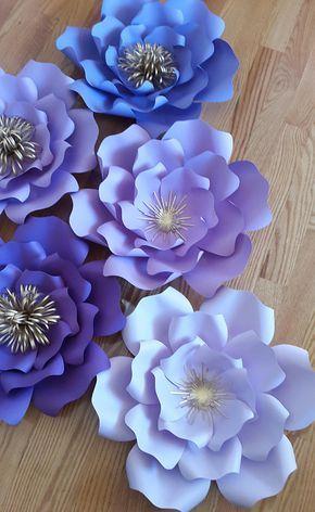 Conjunto de 10 flores de papel en tonos de flores de papel morado y oro 2 x-large - 16 - 18 8 grandes - 14-16 Enviar una solicitud de orden de encargo con preferencia de color y la fecha de su evento. Cada flor está diseñado individualmente a mano o con la ayuda de un cortador. Cada flor puede variar ligeramente en diseño ya que es por encargo. Flores de papel también se pueden personalizar con logotipos de empresas, nombres, fechas etcetera. Flores vienen completamente ensamblado y uno a...