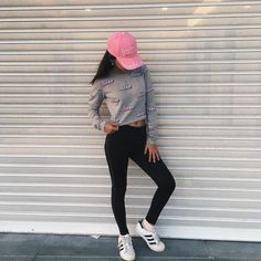 Look con ropa sport outfit ropa deportiva leggings negros gorra rosa sudadera