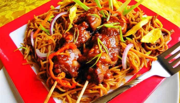 Surinaams eten – Tjauw Min met Saté (Surinaams-Chinese fijne mie met Javaanse saté)