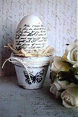 Natur husacia kraslica v štýle shabby chic, dozdobená vintage motívom písma, bielym jutovým motúzikom, čipkou a pierkom, závesná na krásnu kovovú korunku...