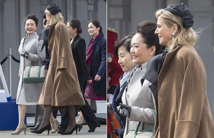 Máxima de Holanda recibió a la Primera Dama de la República Popular China, Peng Liyuan, con la mejor de sus sonrisas a su llegada al aeropuerto de Ámsterdam. Tanto Máxima como Peng Liyuan derrocharon elegancia. La soberana, fiel a su estilo, lució un conjunto de falda y abrigo marrón con una camisa negra de gran lazo en el cuello. Adornando su melena rubia suelta, Máxima llevaba un discreto turbante.