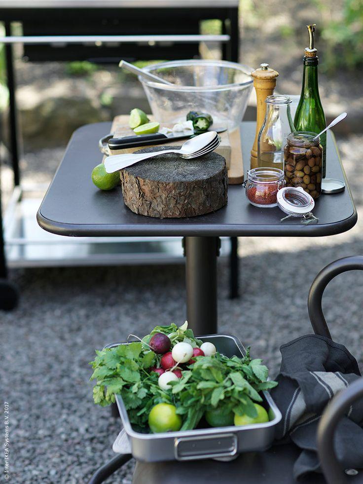 En perfekt liten plats att förbereda tillagningen på grillen är det lilla bordet TUNHOLMEN med två stolar. KORKEN kryddburk med lock, VARDAGEN skål, IDEALISK visp, GLASYRER bestick, PROPPMÄTT skärbräda, ENSIDIG vas, VARDAGEN kockkniv, VARDAGEN kökshandduk i bomull.