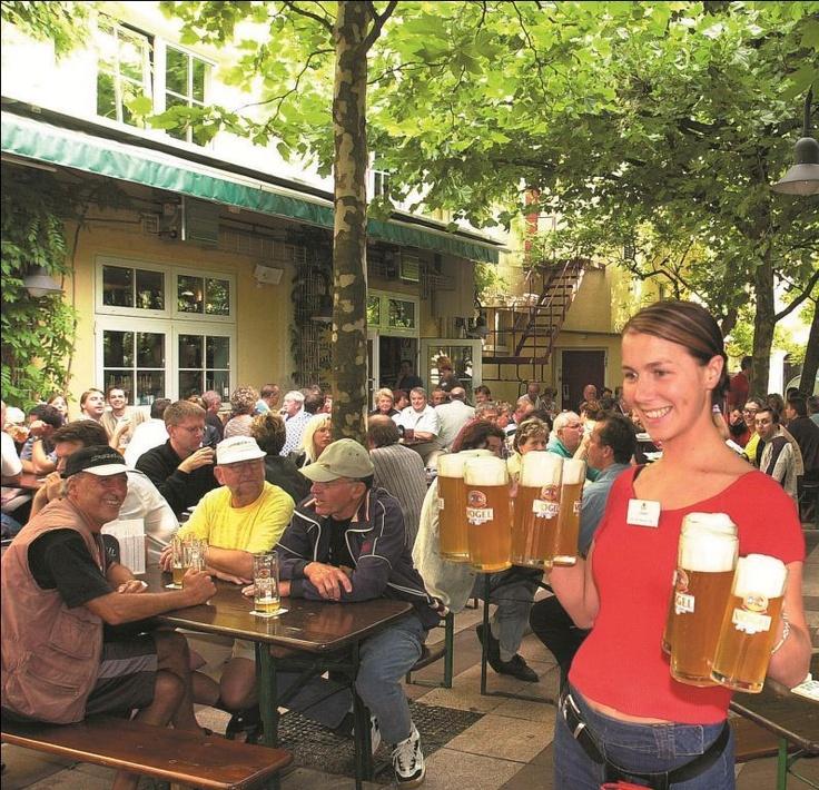 Elegant Ein kaltes Bier im Biergarten vom Vogelbr u A cold beer in the beer garden