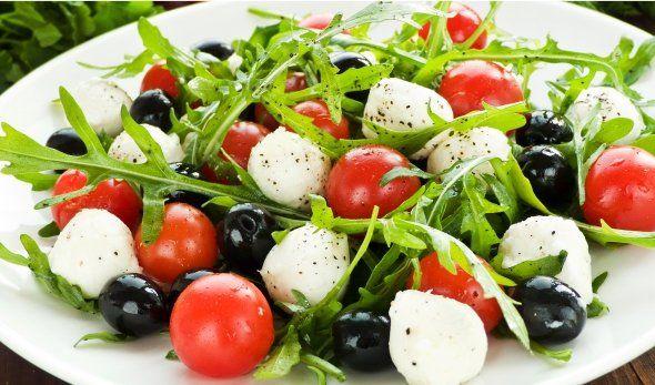 Salată de rucola cu roșii cherry și mozzarella.