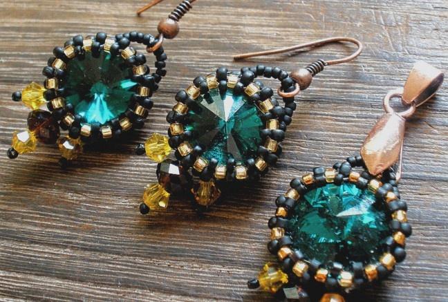 Elegantná sada zo swarovski kryštáľov v smaragdovom odtieni je obšitá najkvalitnejším japonským rokajlom TOHO a Myiuki v matnej čiernej a zlatej úprave. Na spodnom okrají sú našité taktiež swarovski korálky v mocca a topazovom odtien