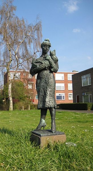 """Vrouw met kat (""""Woman with cat"""") (1956), also known as Olga met de kat, a statue in the Dutch city of Groningen by the sculptor and writer Jan Wolkers (1925-2007)"""