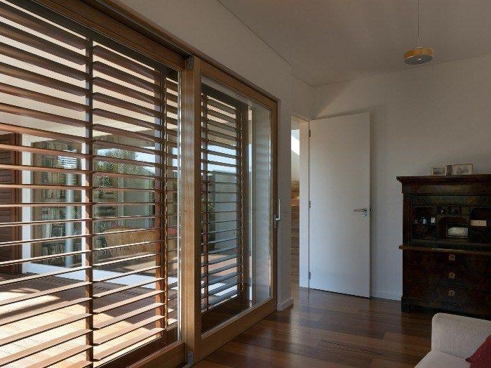 Effektvoller Sonnenschutz aus einer Holz-Jalousie sorgt für eine warme Atmosphäre
