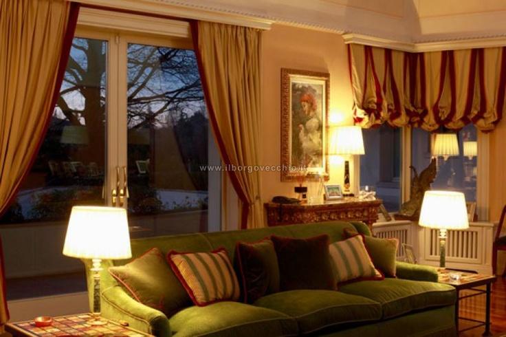 ambientazioni - (stanza con divano verde)