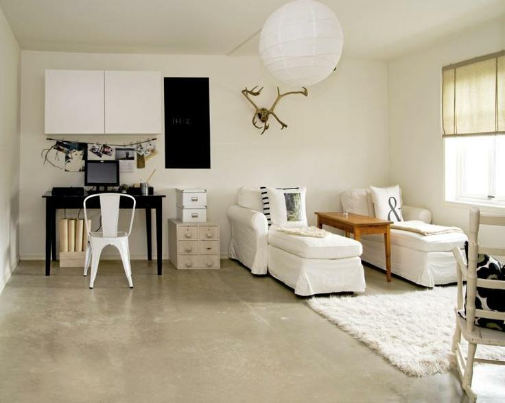 Beboerne har laget en kombinert tv-stue og kontor. Skapene over skrivebordet er egentlig kjøkkenskap. En tavle er malt rett på veggen ved hjelp av tavlemaling.